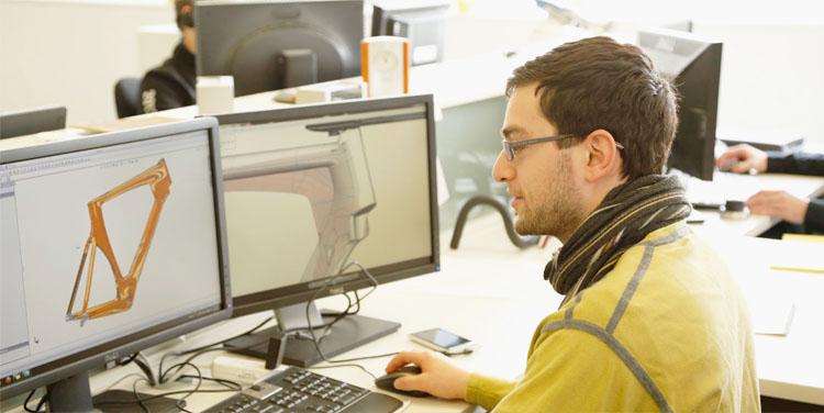 طراح صنعتی توسعه طراحی در مرحله مدل سازی سه بعدی