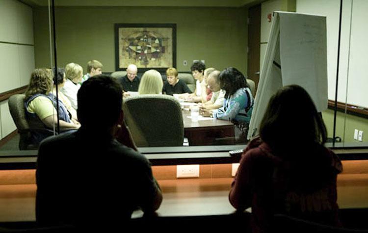 لابراتوار گروه تمرکز شرکت کننده ها و هدایتگر داخل اتاق و محققان بیرون از اتاق حضور دارند